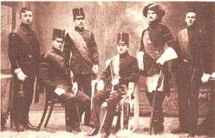 """Skok přes kůži"""" z přelomu 19. a 20. století. Slavnost řídilo """"slavné, vysoké aneomylné presidium"""" ahlavní osobou slavnosti byl """"nadlišák"""" vhistorickém úboru."""